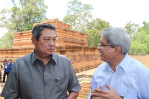 HE. Dr. Susilo Bambang Yudhoyono, President of Indonesia with Benoy K Behl at Buddhist site