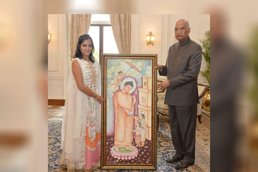 Daughter of Late Mr M R Pimpare presenting an artwork to the President of India Shri Ram Nath Kovind